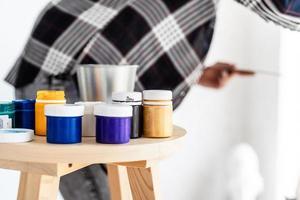 Cerca de pinturas de colores en art studio foto