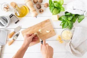paso a paso preparando salsa pesto italiana. paso 4 - cortar el ajo foto