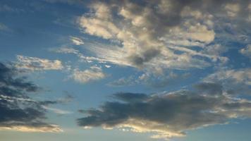 céu com lapso de tempo de nuvem em uma manhã. video