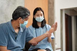 Doctora fisioterapia en pacientes masculinos mayores. foto