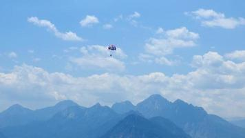 parasailing e le montagne del toros ad antalya turchia video
