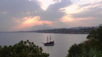la barca da tour sembra una barca a vela pirata e il paesaggio al tramonto ad antalya video