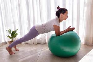 Bella mujer entrenando a pilates con pelota fitness foto