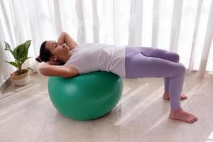 Bella mujer entrenando pilates en casa foto
