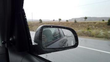 camion lasciato nello specchietto laterale dall'interno di un'auto sotto la pioggia video