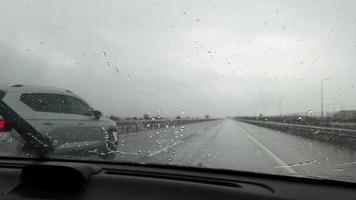 pioggia battente dall'interno di un'auto quando si è in viaggio video