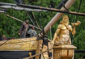 ciudad, país, mmm dd, aaaa - barco pirata y estatuas foto