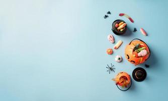 Varios dulces y caramelos de halloween en una olla de calabaza, vista superior foto