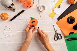 instrucciones paso a paso para hacer una calabaza de halloween foto