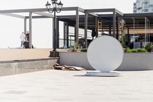 Crimea, Yalta, Rusia 2021- letrero blanco en blanco para el logotipo ubicado junto al mar en el terraplén foto