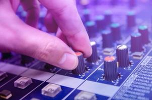 Consola mezcladora de audio y mezcla de sonido con botones y controles deslizantes. foto