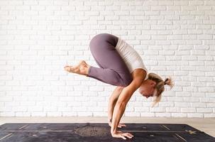 atractiva mujer practicando yoga, vistiendo ropa deportiva foto