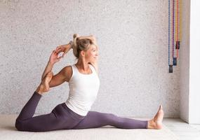 Atractiva mujer joven practicando yoga, vistiendo ropa deportiva foto