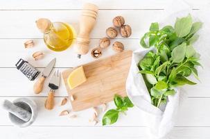 preparando salsa pesto italiana foto