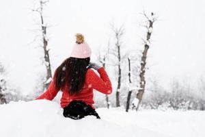 vista trasera, de, morena, mujer, en, invierno, aire libre foto