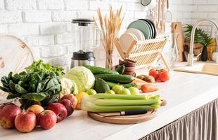 Cerca de la mesa con verduras en la cocina foto