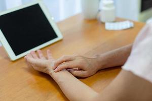mujer revisando su pulso foto