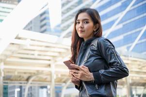 jóvenes hermosas mujeres asiáticas con smartphone foto