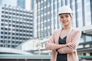 retrato, de, bastante, joven, ingeniero civil, mujer, en construcción foto