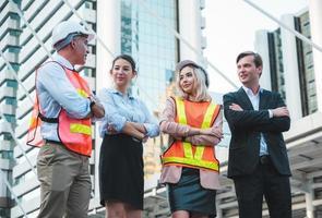 hombre y mujer de negocios con ingeniero civil. foto