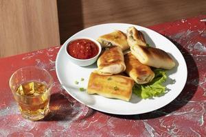 deliciosa comida con surtido de sambal foto