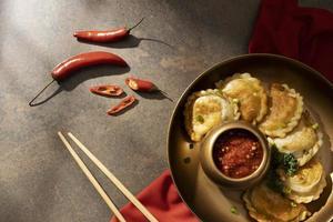 deliciosa comida con arreglo de sambal foto