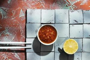 deliciosa comida con composición de sambal foto