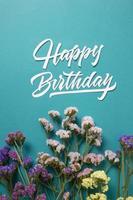 el feliz cumpleaños con composición de flores foto