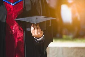 primer plano graduado sosteniendo un sombrero. educación exitosa en la universidad foto