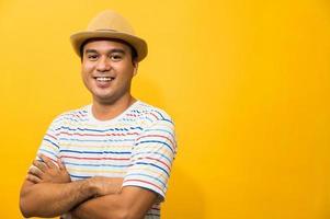 felicidad sonriente joven asiático sobre fondo amarillo foto