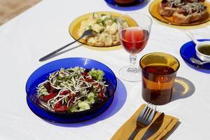 el arreglo tradicional del plato de gulas foto