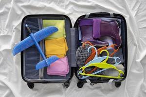 los preparativos de la maleta de viaje empacando foto
