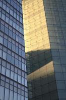 Ver edificio de la ciudad con sombras de luz diurna foto