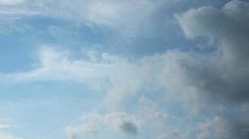 hemel met cloud time-lapse in een ochtend. video