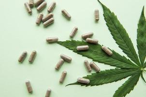 pastillas de cbd. Grupo de cápsulas claras de cbd cannabidiol y hojas de cáñamo. foto