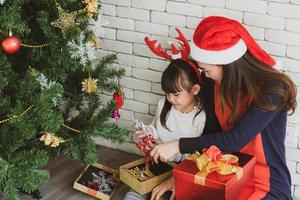 madre e hijo celebrando la navidad foto