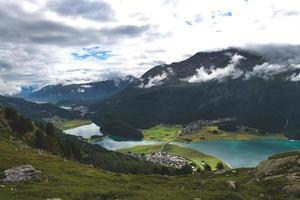 Vista de los lagos del valle de la Engadina en Suiza foto