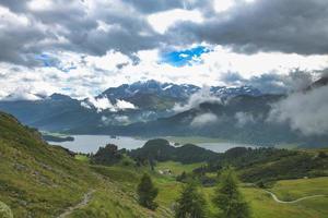 paisaje de los alpes suizos antes de una tormenta foto