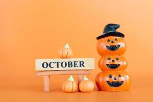 Calabazas de Halloween sobre fondo naranja, hola concepto de octubre foto