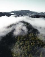 niebla matutina en las montañas desde arriba foto