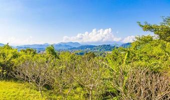 ciudad de luang prabang en panorama de paisaje de laos con cordillera. foto