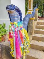 Estatua de serpiente decorada colorida Wat Sila Ngu Temple Koh Samui. foto