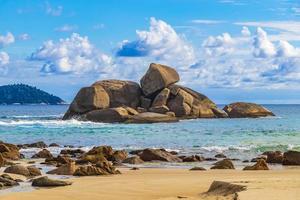 formaciones rocosas cantos rodados ilha grande playa santo antonio brasil. foto