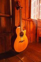 guitarra clásica sobre fondo de madera foto