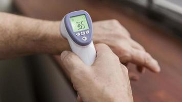 paciente que tiene su temperatura controlada. resolución y hermosa foto de alta calidad