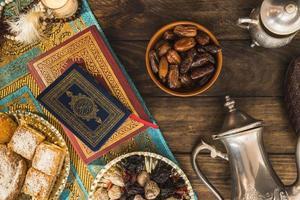 postres árabes cerca de libros. resolución y hermosa foto de alta calidad