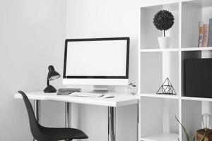 escritorio de oficina con silla de escritorio de pantalla de computadora. resolución y hermosa foto de alta calidad