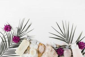 hojas de palma flor exfoliante corporal sal spa piedras fondo blanco. resolución y hermosa foto de alta calidad