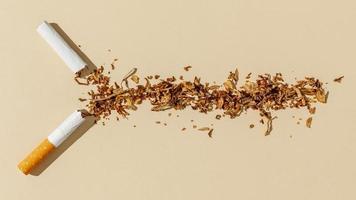 mesa de cigarrillos rota. resolución y hermosa foto de alta calidad