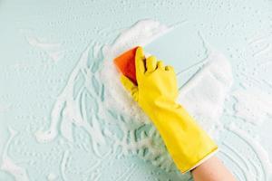 manos limpiando ventana 2. resolución y hermosa foto de alta calidad